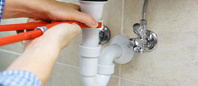 Comment déboucher un tuyau de lavabo ?